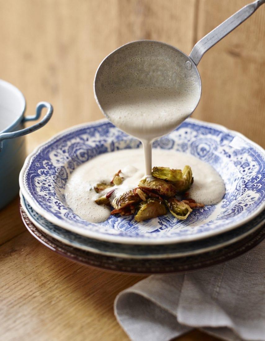 Slowly Veggie – Wohlfuehlkueche Mandelschaumsuppe mit geroestetem Rosenkohl