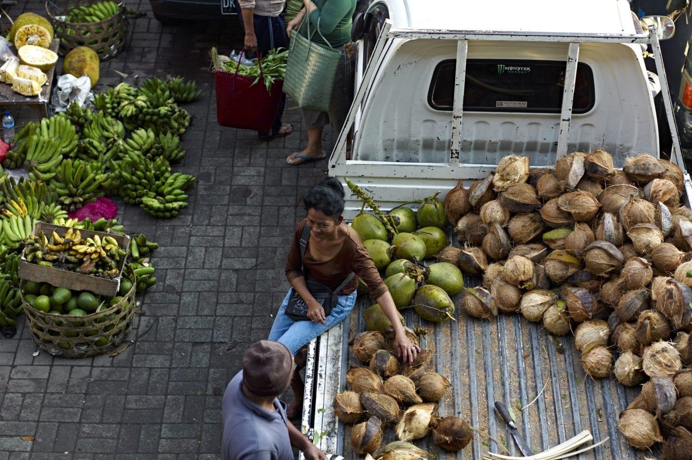 2013 in Bali – Markt Kokosnüsse auf Van